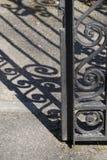 Μεταλλικός φράκτης στην οδό στοκ εικόνα με δικαίωμα ελεύθερης χρήσης