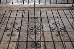 Μεταλλικός φράκτης στην οδό στοκ φωτογραφία με δικαίωμα ελεύθερης χρήσης
