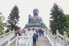 ΜΕΤΑΛΛΙΚΌΣ ΘΌΡΥΒΟΣ NGONG, ΧΟΓΚ ΚΟΓΚ - DEC08,2015: Tian Tan Βούδας - των κόσμων Στοκ Φωτογραφίες