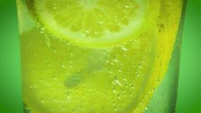 Μεταλλικό νερό και λεμόνι απόθεμα βίντεο
