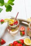 Μεταλλικό νερό με τις φρέσκες φράουλες, το λεμόνι και τη μέντα στο βάζο Στοκ φωτογραφία με δικαίωμα ελεύθερης χρήσης