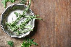 Μεταλλικό πιάτο με τα διαφορετικά χορτάρια Στοκ φωτογραφία με δικαίωμα ελεύθερης χρήσης