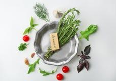 Μεταλλικό πιάτο με το δεντρολίβανο και τα διάφορα φρέσκα χορτάρια Στοκ φωτογραφίες με δικαίωμα ελεύθερης χρήσης