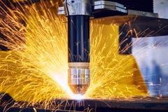 Μεταλλουργία κοπής λέιζερ ή πλάσματος με τους σπινθήρες Στοκ φωτογραφία με δικαίωμα ελεύθερης χρήσης