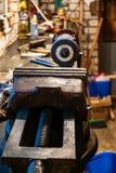 μεταλλουργική μέγγενη στον πίνακα στο εγχώριο εργαστήριο στοκ εικόνες με δικαίωμα ελεύθερης χρήσης