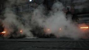 Μεταλλουργική παραγωγή κατάστημα Καπνός και καυτός χάλυβας γύρω απόθεμα βίντεο