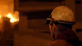 Μεταλλουργός στην εργασία από το furnance, το σίδηρο και τις χαλυβουργικές εργασίες φυσήματος φιλμ μικρού μήκους