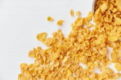 Μεταλλοφόρο κοίτασμα των δημητριακών με ένα κύπελλο μετάλλων σε ένα χρωματισμένο άσπρο ξύλινο υπόβαθρο Δημητριακά που διασκορπίζο Στοκ Φωτογραφίες