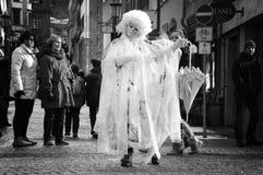 Μεταμφιεσμένη γυναίκα που αποδίδει στην οδό στοκ φωτογραφία