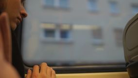 Μετανάστης κοριτσιών που εξετάζει τα σπίτια από το παράθυρο λεωφορείων, ελλείπον σπίτι, κινηματογράφηση σε πρώτο πλάνο απόθεμα βίντεο