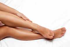 Μεταξωτά ομαλά θηλυκά πόδια στοκ φωτογραφίες