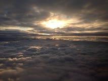 Μεταξύ των σύννεφων Στοκ Εικόνες