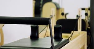 Μεταρρυθμιστής Pilates στο στούντιο ικανότητας απόθεμα βίντεο