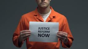 Μεταρρύθμιση δικαιοσύνης που απαιτεί τώρα στην κάρτα στα χέρια του καυκάσιου φυλακισμένου, δικαιοσύνη φιλμ μικρού μήκους