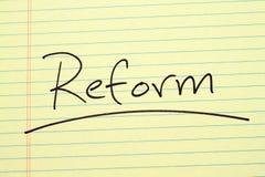 Μεταρρύθμιση σε ένα κίτρινο νομικό μαξιλάρι Στοκ φωτογραφία με δικαίωμα ελεύθερης χρήσης