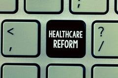 Μεταρρύθμιση υγειονομικής περίθαλψης γραψίματος κειμένων γραφής Έννοια που σημαίνει την καινοτομία και τη βελτίωση στην ποιότητα  στοκ φωτογραφίες