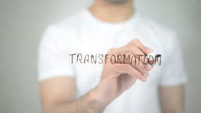 Μετασχηματισμός, άτομο που γράφει στη διαφανή οθόνη Στοκ Φωτογραφία