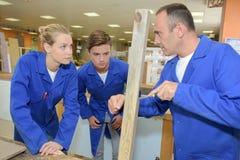 Μετασχηματισμός του ξύλου κομματιού στα έπιπλα Στοκ Εικόνα