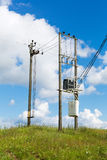 Μετασχηματιστής με τους πόλους ηλεκτρικής ενέργειας στον τομέα στοκ φωτογραφία με δικαίωμα ελεύθερης χρήσης