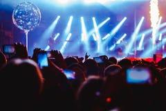 Μετατιθέμενος στο τηλέφωνο στη συναυλία στοκ εικόνα