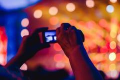 Μετατιθέμενος στο τηλέφωνο στη συναυλία στοκ εικόνα με δικαίωμα ελεύθερης χρήσης