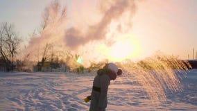 Μετατροπή του ζεστού νερού στον ατμό, ακραίοι κρύοι -30 -35 βαθμοί Το κορίτσι χύνει ένα φλυτζάνι του ζεστού νερού στον αέρα, το ν φιλμ μικρού μήκους