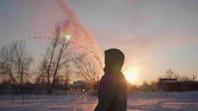 Μετατροπή του ζεστού νερού στον ατμό, ακραίοι κρύοι -30 -35 βαθμοί Το παιδί χύνει ένα φλυτζάνι του ζεστού νερού, το νερό εξατμίζε φιλμ μικρού μήκους