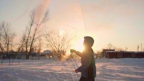 Μετατροπή του ζεστού νερού στον ατμό, ακραίοι κρύοι -30 -35 βαθμοί Το παιδί χύνει ένα φλυτζάνι του ζεστού νερού, το νερό εξατμίζε απόθεμα βίντεο