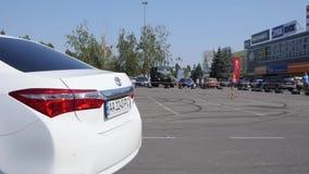 Μετατόπιση, γύροι οχημάτων στο τετράγωνο ασφάλτου στο καθαρό αέρα απόθεμα βίντεο