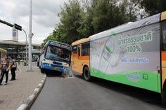 Μεταφέρετε το αριθ. 8 τυχαία συντριβή μέσα σε άλλο λεωφορείο λεωφορείων στο μνημείο Μπανγκόκ Ταϊλάνδη νίκης στοκ φωτογραφία με δικαίωμα ελεύθερης χρήσης