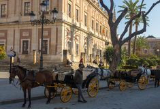Μεταφορά αλόγων στη Σεβίλη που περιμένει τους πελάτες στοκ φωτογραφίες