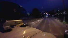 Μεταφορά ασθενοφόρων που προχωρά γρήγορα στο δρόμο πόλεων με τα φωτεινά φω'τα, κυκλοφορία φιλμ μικρού μήκους