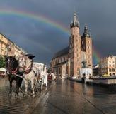Μεταφορά αλόγων περίπατων στο κύριο τετράγωνο αγοράς στην Κρακοβία, Πολωνία Στοκ Εικόνες