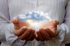 Μεταφορά δεδομένων από το σύννεφο στα χέρια Στοκ Φωτογραφία