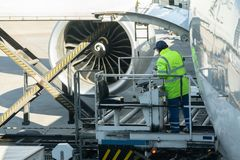 Μεταφορά και για την διοικητική μέριμνα αντίληψη με το αεροπλάνο για τη λογιστική εισαγωγή-εξαγωγή - πλατφόρμα φόρτωσης της εναέρ στοκ εικόνες με δικαίωμα ελεύθερης χρήσης