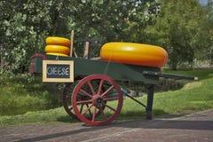 Μεταφορά με το τυρί και μια ζυγίζοντας μηχανή Στοκ εικόνα με δικαίωμα ελεύθερης χρήσης