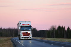 Μεταφορά με φορτηγό κάτω από το ρόδινο ουρανό Στοκ Εικόνες
