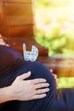Μεταφορά μωρών παιχνιδιών στην κοιλιά μιας εγκύου γυναίκας Στοκ φωτογραφία με δικαίωμα ελεύθερης χρήσης