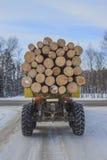 Μεταφορά ξυλείας στο χειμερινό δρόμο Στοκ Φωτογραφίες