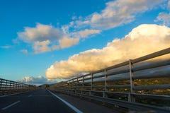 Μεταφορά στην Ιταλία, εθνική οδός στη Σικελία, άποψη από το αυτοκίνητο Στοκ φωτογραφία με δικαίωμα ελεύθερης χρήσης