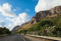 Μεταφορά στην Ιταλία, εθνική οδός στη Σικελία, άποψη από το αυτοκίνητο Στοκ Φωτογραφία