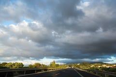 Μεταφορά στην Ιταλία, εθνική οδός στη Σικελία, άποψη από το αυτοκίνητο Στοκ εικόνα με δικαίωμα ελεύθερης χρήσης