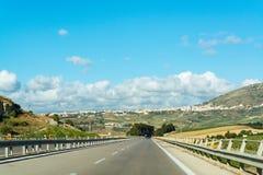 Μεταφορά στην Ιταλία, εθνική οδός στη Σικελία, άποψη από το αυτοκίνητο Στοκ Εικόνα