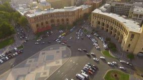 Μεταφορά στην πόλη Jerevan, οδήγηση αυτοκινήτων στο τετράγωνο Δημοκρατίας, κανόνες κυκλοφορίας απόθεμα βίντεο