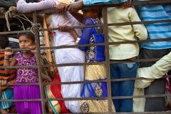 Μεταφορά των ανθρώπων στην κακώς προσαρμοσμένη μεταφορά εμπορευμάτων Στοκ Εικόνες