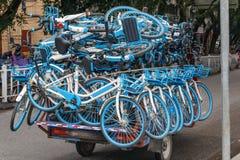 Μεταφορά των νέων ποδηλάτων σε ένα φορτηγό μικροϋπολογιστών στοκ εικόνα με δικαίωμα ελεύθερης χρήσης