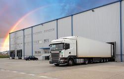 Μεταφορά φορτίου - φορτηγό στην αποθήκη εμπορευμάτων στοκ εικόνα