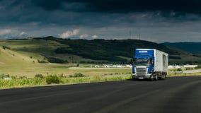 Μεταφορά φορτίου, φορτηγό στην εθνική οδό Στοκ Φωτογραφία