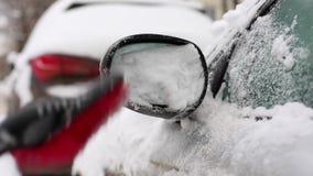 Μεταφορά, χειμώνας, καιρός, έννοια ανθρώπων - καθαρίζοντας χιόνι ατόμων από το αυτοκίνητο με τη βούρτσα στην περιοχή σπιτιών διαβ φιλμ μικρού μήκους