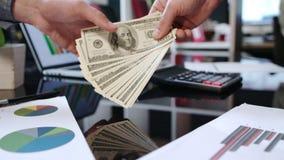 Μεταφορά χρημάτων για το χέρι στο χέρι Γρήγορο και εύκολο δάνειο μετρητών Επιχειρησιακή διαπραγμάτευση απόθεμα βίντεο